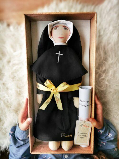 św. Faustyna przytulanka świętych od Ruah prezent na chrzest święty w pudełku